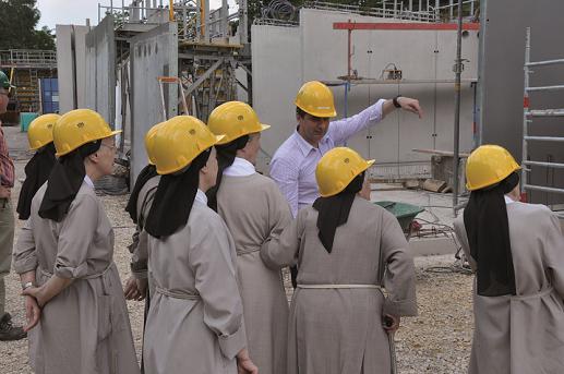 la communauté visite le chantier
