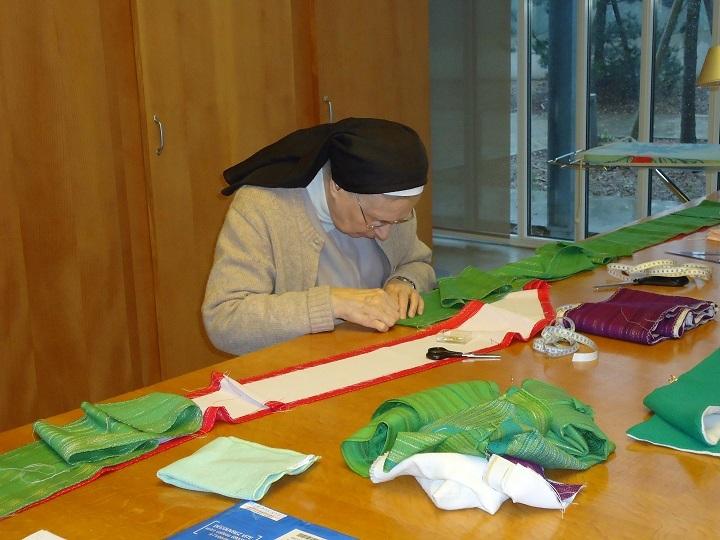 travail de couture de vêtements liturgique
